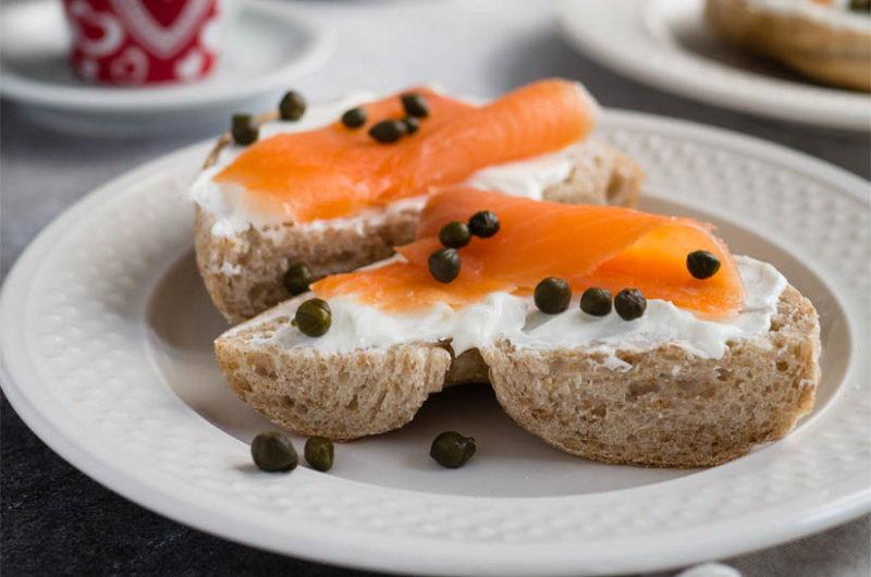 Receta de bocadillo integral de queso fresco y salmón ahumado