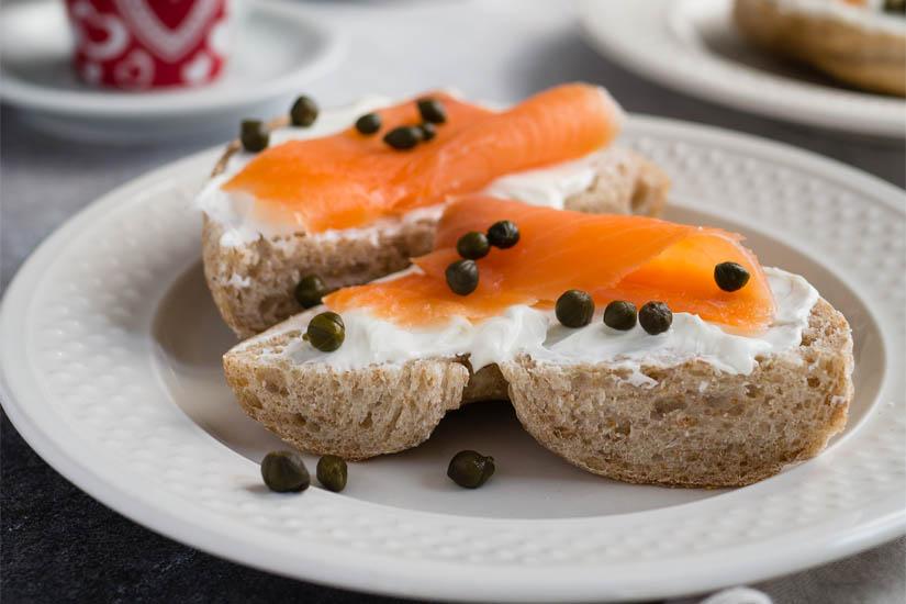 Cómo preparar un bocadillo de queso fresco y salmón