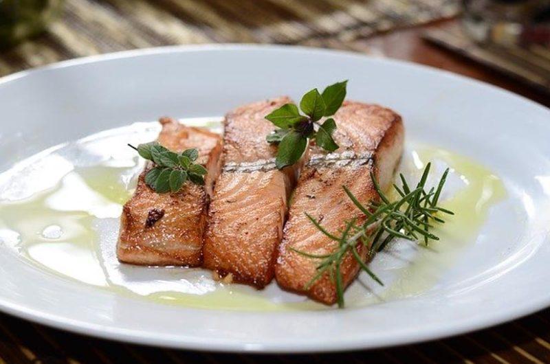 Receta de salmón al horno con mantequilla de romero