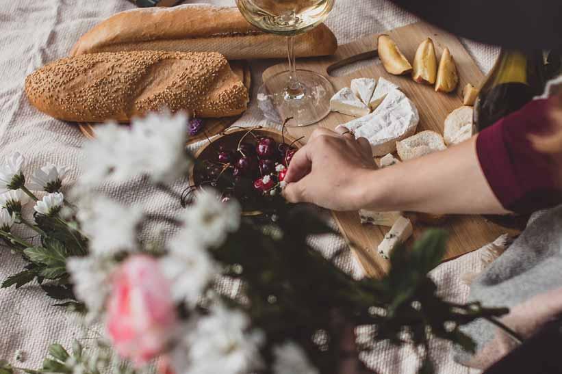 Accesorios para preparar una tabla de quesos