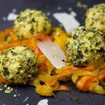 Cómo preparar bolitas de queso con pistachos y jamón